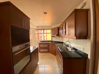 Una cocina con una estufa de fregadero y microondas en Vendo apartamento en El Campestre Medellin