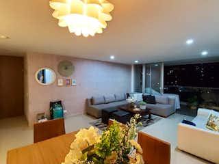 Una sala de estar llena de muebles y una planta en maceta en Venta de apartamento en Envigado, Medellín