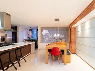 Una cocina con una mesa y sillas en Venta apartamento Medellin el poblado La Calera.