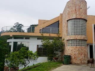 Un edificio con un reloj en el costado en Venta de casa en La Loma del Chocho, Envigado