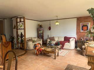 Una sala de estar llena de muebles y una mesa en Venta de casa en Envigado, Antioquia