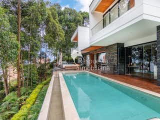 Una gran piscina con una gran piscina en Venta de casa en El Poblado, Medellín