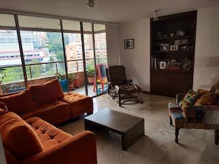 Una sala de estar llena de muebles y una gran ventana en Venta de apartamento en el Poblado, sector El Tesoro