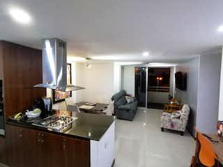 Una cocina que tiene un montón de muebles en ella en Venta de apartamento en Palmas, Medellín