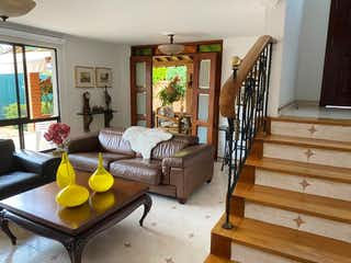 Una sala de estar llena de muebles y una ventana en Venta de casa en el poblado los  parra Medellin
