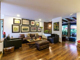 Una sala de estar llena de muebles y una televisión de pantalla plana en Casa en venta en Los Balsos con Piscina...
