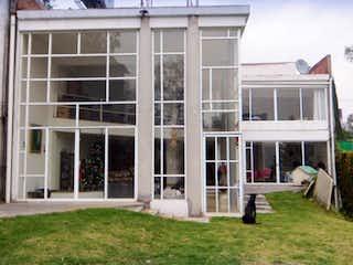 Un gran edificio con un gran ventanal en Casa en Venta en Paseo de las Lomas Álvaro Obregón