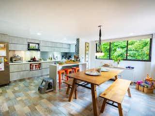 Una cocina con una mesa de madera y sillas en Vendo casa transversal superior el poblado Medellin