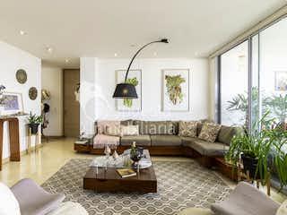 Una sala de estar llena de muebles y una chimenea en Venta de apartamento en El Poblado Medellin San fernando plaza