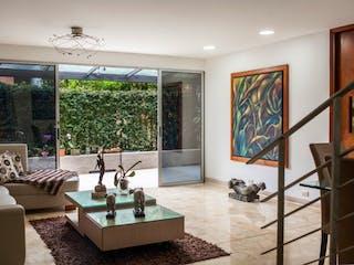 Una sala de estar llena de muebles y una ventana en Casa en venta en El Tesoro con Jardín...