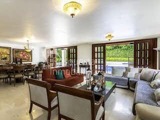 Una sala de estar llena de muebles y una gran ventana en Venta de casa en La Estrella Antioquia