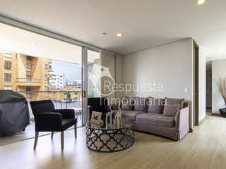 Una sala de estar llena de muebles y una televisión de pantalla plana en Venta de apartamento en El Poblado castropol Medellin.