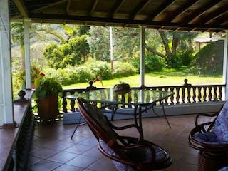 Un grupo de sillas sentadas fuera de la ventana en Venta de Finca en Guarne
