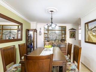 Un comedor con una mesa y sillas en Venta de apartamento en Laureles Medellin