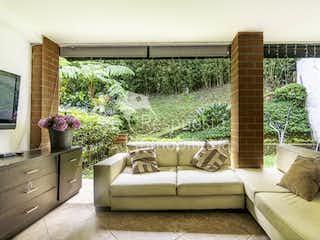 Una sala de estar llena de muebles y una gran ventana en Venta de casa en El Poblado