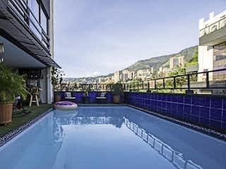 Una vista de una piscina de agua y un puente en Apartamento Duplex en venta Poblado la Visitacion
