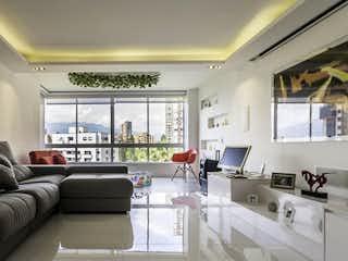 Una sala de estar llena de muebles y una gran ventana en Apartamento en Venta en Castropol, El Poblado
