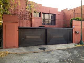 Un edificio de ladrillo con un letrero en la calle en Casa en Venta en Militar Marte Iztacalco