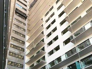 Un edificio alto sentado al lado de un edificio alto en Departamento en venta en Anáhuac de 2 hab.