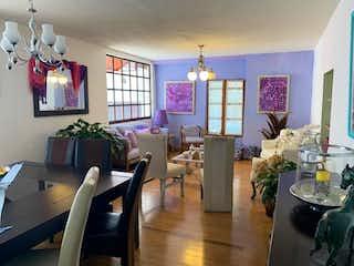 Una sala de estar llena de muebles y una ventana en Casa en venta en Colonia Tlalpan de 4 recámaras