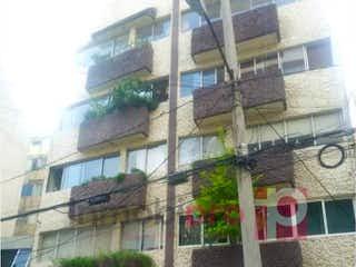 Un edificio alto con muchas ventanas en Departamento en venta en Acacias de 2 alcobas
