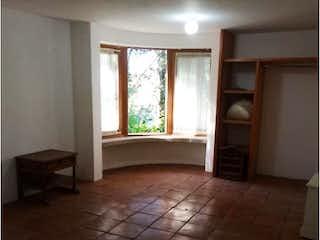 Un baño con suelo de baldosa y una ventana en Casa en venta en Texmic 339m² con Piscina...