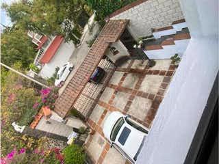 Un hombre está de pie en el lado de un edificio en Casa en Venta en Jardines del ajusco Tlalpan