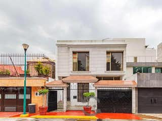 Un edificio que tiene un edificio en él en Casa en Venta en Col Jardines de Coyoacan Coyoacán
