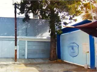 Un hidrante de fuego azul y blanco sentado al lado de un edificio en Casa en venta en La Noria con Jardín...