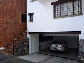 Un coche estacionado delante de un edificio en Casa en Venta en San Jeronimo Lidice La Magdalena Contreras