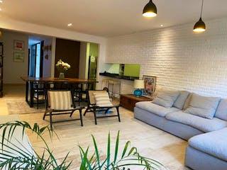 Una sala de estar llena de muebles y una televisión de pantalla plana en Departamento en Venta en Lomas de Chapultepec I Sección Miguel Hidalgo