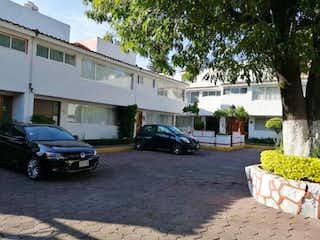 Un coche estacionado delante de una casa en Casa en Venta en Lomas Estrella Iztapalapa
