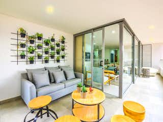 Una sala de estar llena de muebles y una gran ventana en Nativo Arena