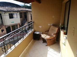 Un cuarto de baño que tiene un inodoro y un lavabo en Venta Casa Oasis Envigado P.2  C.3399635
