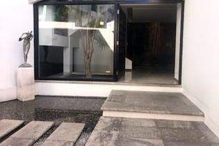 Casa en venta en Paseo de las Lomas, 451 m² con jardín