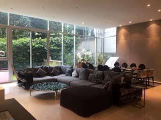 Una sala de estar llena de muebles y una ventana en Departamento en venta en Lomas del Chamizal, 295 m² con alberca