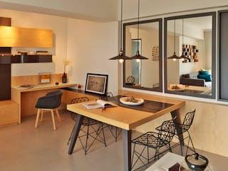 Una cocina con una mesa y una mesa en Ciudad del Bosque