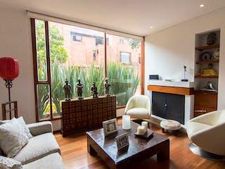 Una sala de estar llena de muebles y una televisión de pantalla plana en Casa en venta en Barrio Usaquén de 3 habitaciones