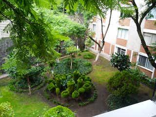 Un jardín que tiene algunos arbustos y árboles en Departamento en venta en Santa úrsula Xitla 80m² con Jardín...