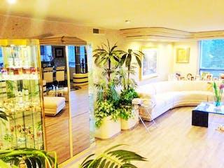 Una sala de estar llena de muebles y una planta en maceta en Departamento en Venta en Bosques de las Lomas Cuajimalpa de Morelos