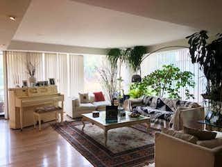 Una sala de estar llena de muebles y una gran ventana en Departamento en Venta en Bosques de las Lomas Cuajimalpa de Morelos