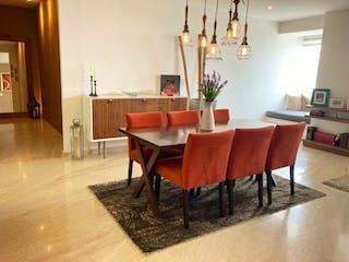 Una sala de estar llena de muebles y una lámpara de araña en Departamento en Venta en Lomas de Vista Hermosa Cuajimalpa de Morelos