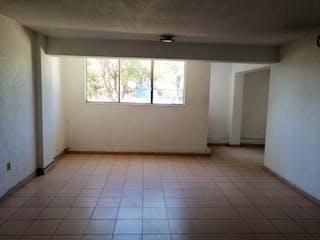 Un cuarto de baño con un inodoro y una ventana en Departamento en venta en Lomas Estrella de 75m²