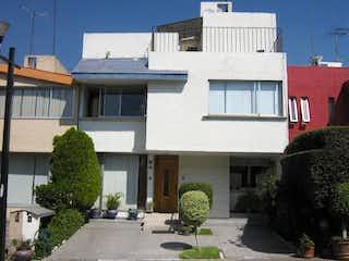 Un edificio con un reloj en el costado en Casa en venta en Santa úrsula Coapa de 160m² con Jardín...