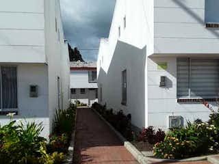 Un edificio blanco con una boca de incendios amarilla en Casa en venta en Casco Urbano Zipaquirá de 3 alcobas