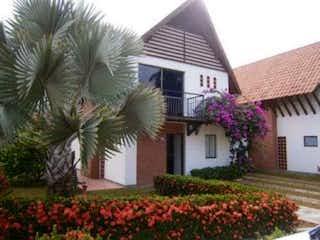Una planta está delante de una casa en Vendo Cabaña Santa fe de Antioquia C.3018454