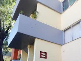 Un banco azul y blanco sentado delante de un edificio en Departamento en venta en Lomas Estrella de 3 alcobas