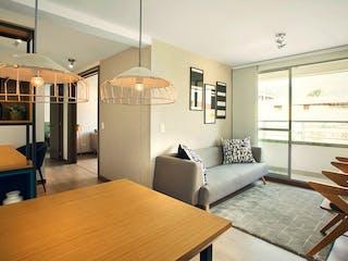 Una sala de estar llena de muebles y una mesa en Mediterranea