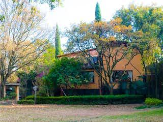 Un edificio con una torre de reloj en el centro en Casa en venta en Jardines Del Ajusco de 430m² con Zonas húmedas...