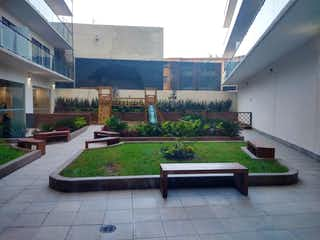 Un banco del parque sentado delante de un edificio en Departamento en venta en Anáhuac con acceso a Jardín